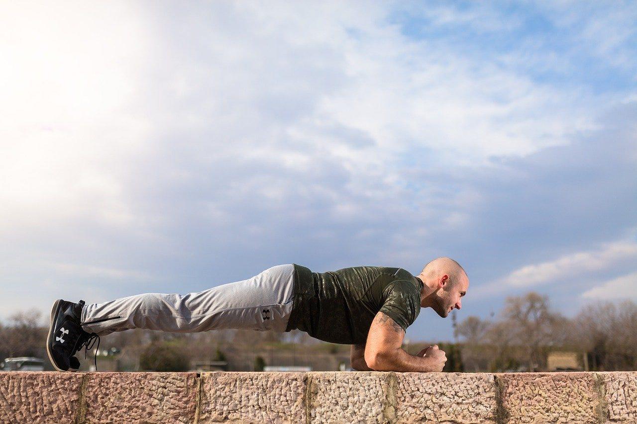 man buiten tuin plank oefening