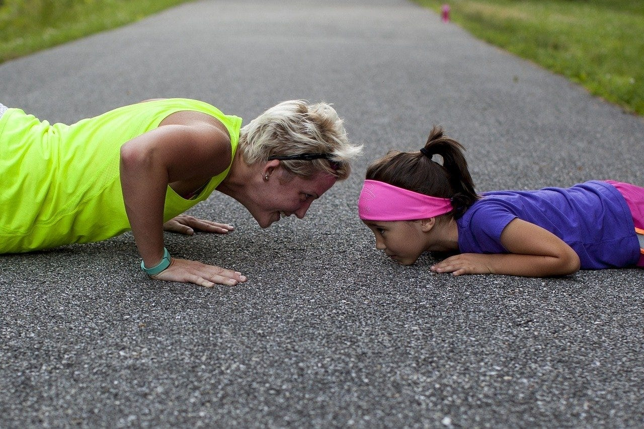 moeder en dochter samen sporten push up