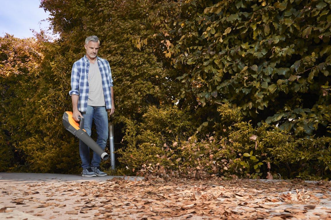STIGA accu bladblazer is perfect om bladeren weg te blazen en je tuin schoon en gezond te houden