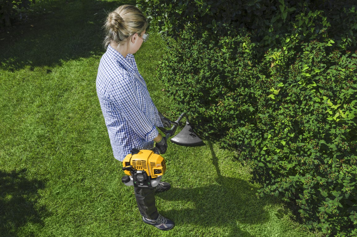 STIGA petrol-powered brush cutter SBC 226 J with joint shaft is perfect to cut under trees and bushes