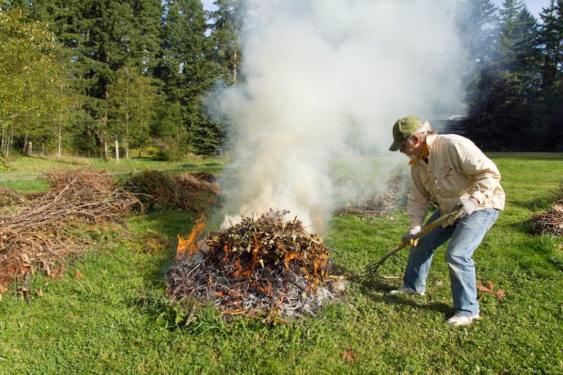 brûler déchets verts dans le jardin