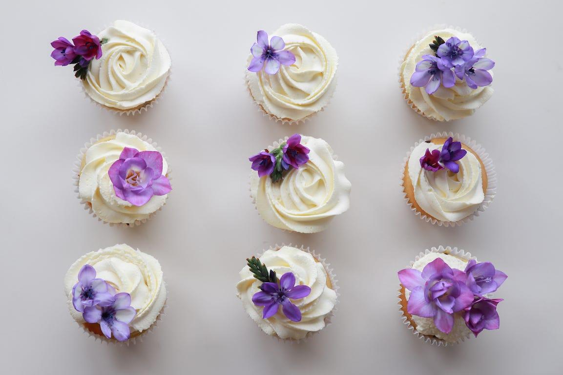 cupcakes avec des violettes