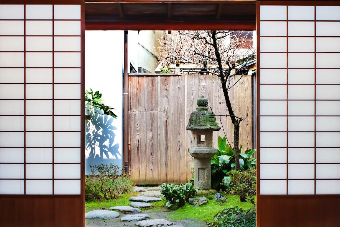entrée de maison avec porte coulissante à la japonaise avec jardin japonais et pavés