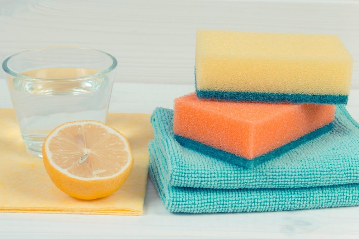 nettoyage vinaigre et orange avec une éponge jaune et une éponge orange sur chiffon