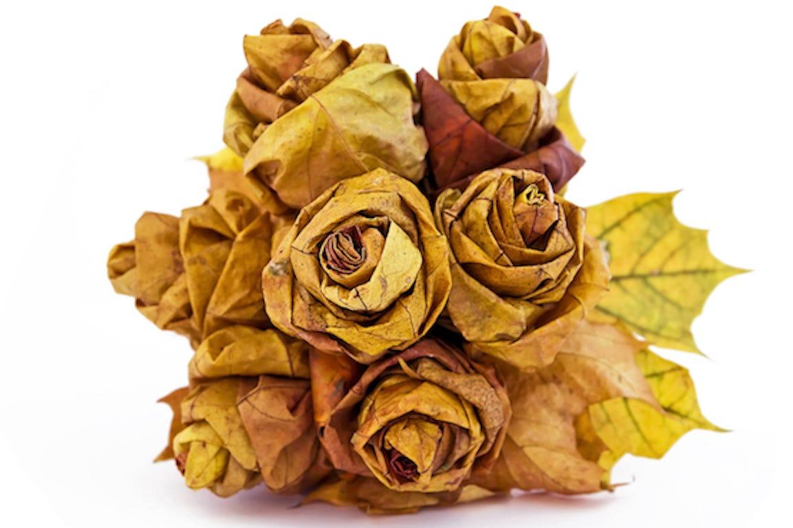 bouquet de fleurs fait à partir de feuilles mortes