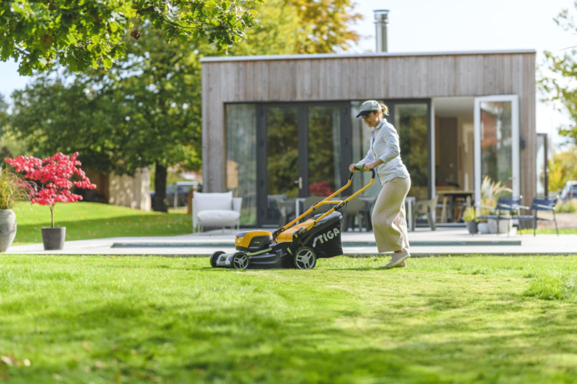 Woman mowing the lawn with a STIGA Combi 43 Q DAE mower