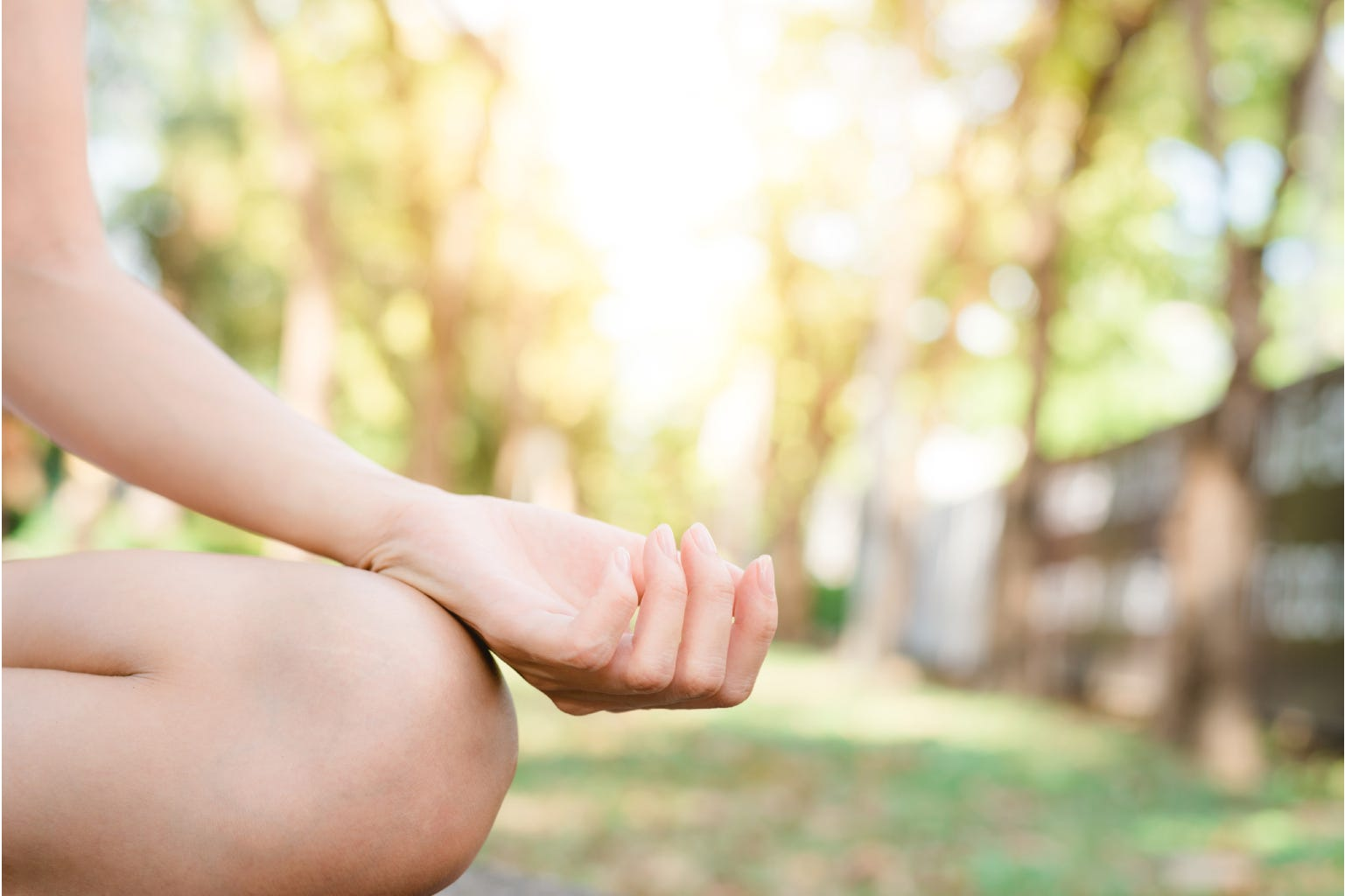 hand en been vrouw in tuin yoga