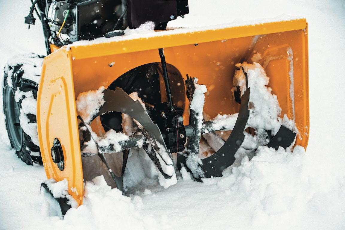 fraise à neige, fraise de travail en mouvement dans la neige