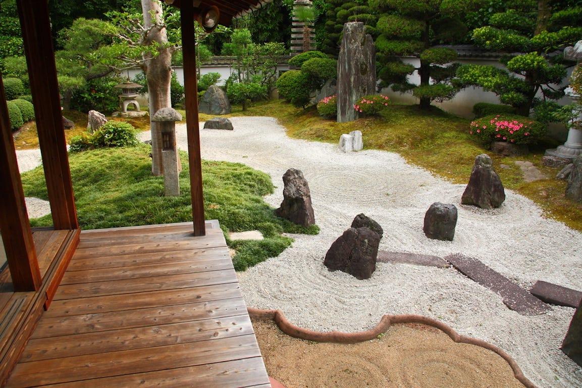 style de jardin japonais avec buissons
