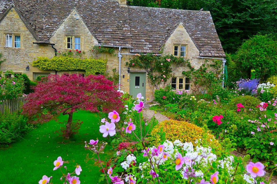 maison en angleterre rustique avec un jardin à l'anglaise