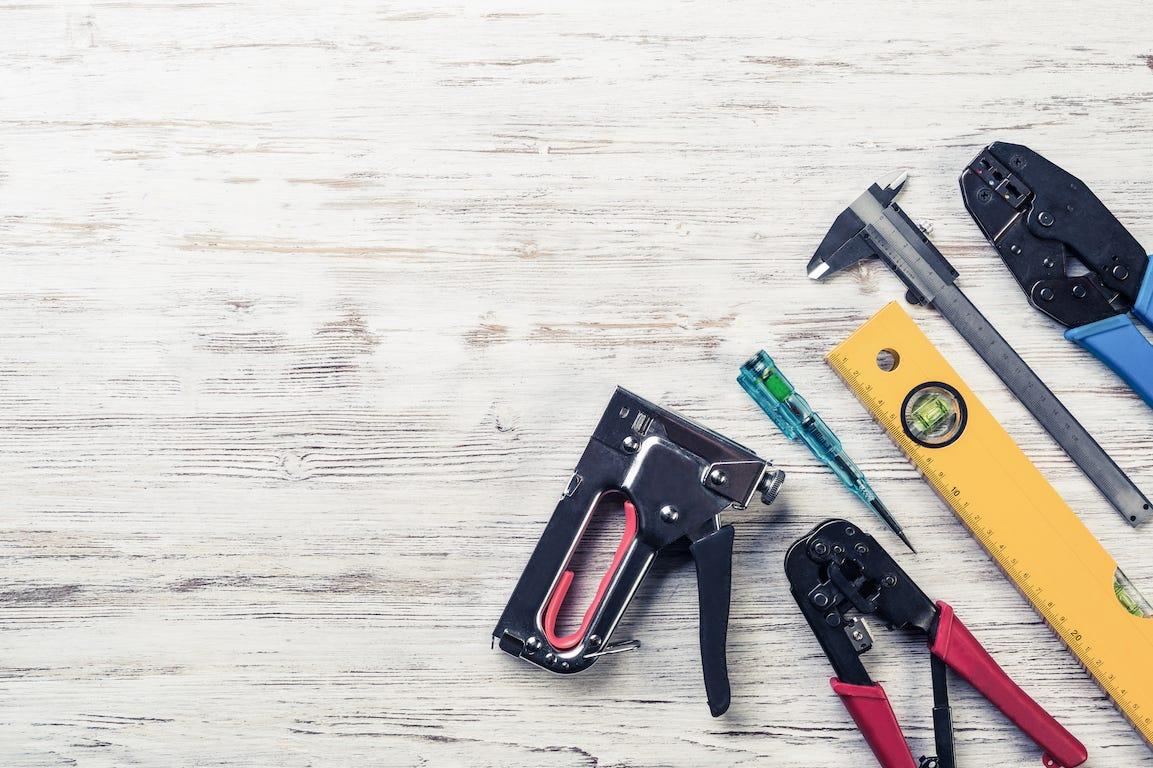 outils de construction sur planche de bois