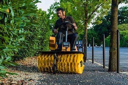 Brug en Park med kost til at fjerne efterårets blade