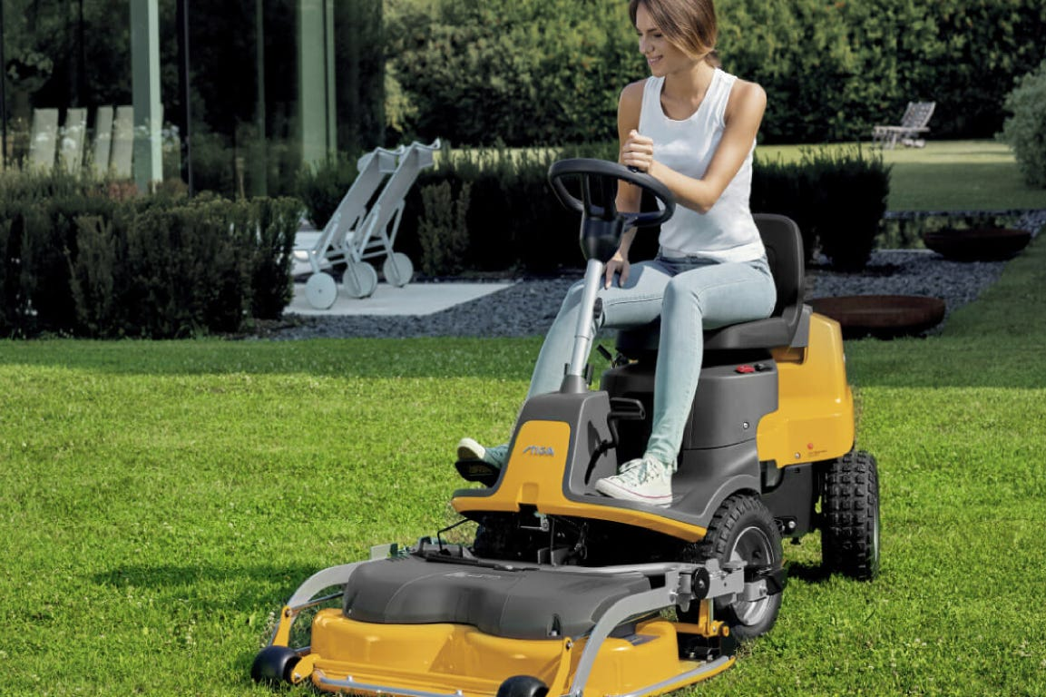 STIGA Park 220 is equipped with articulated steering and can easily work around any obstacle.
