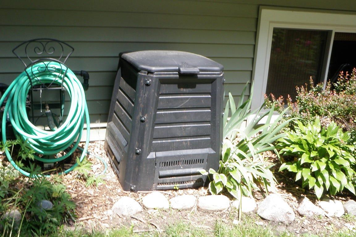 Det er muligt at gemme komposten væk i den kompostkasse