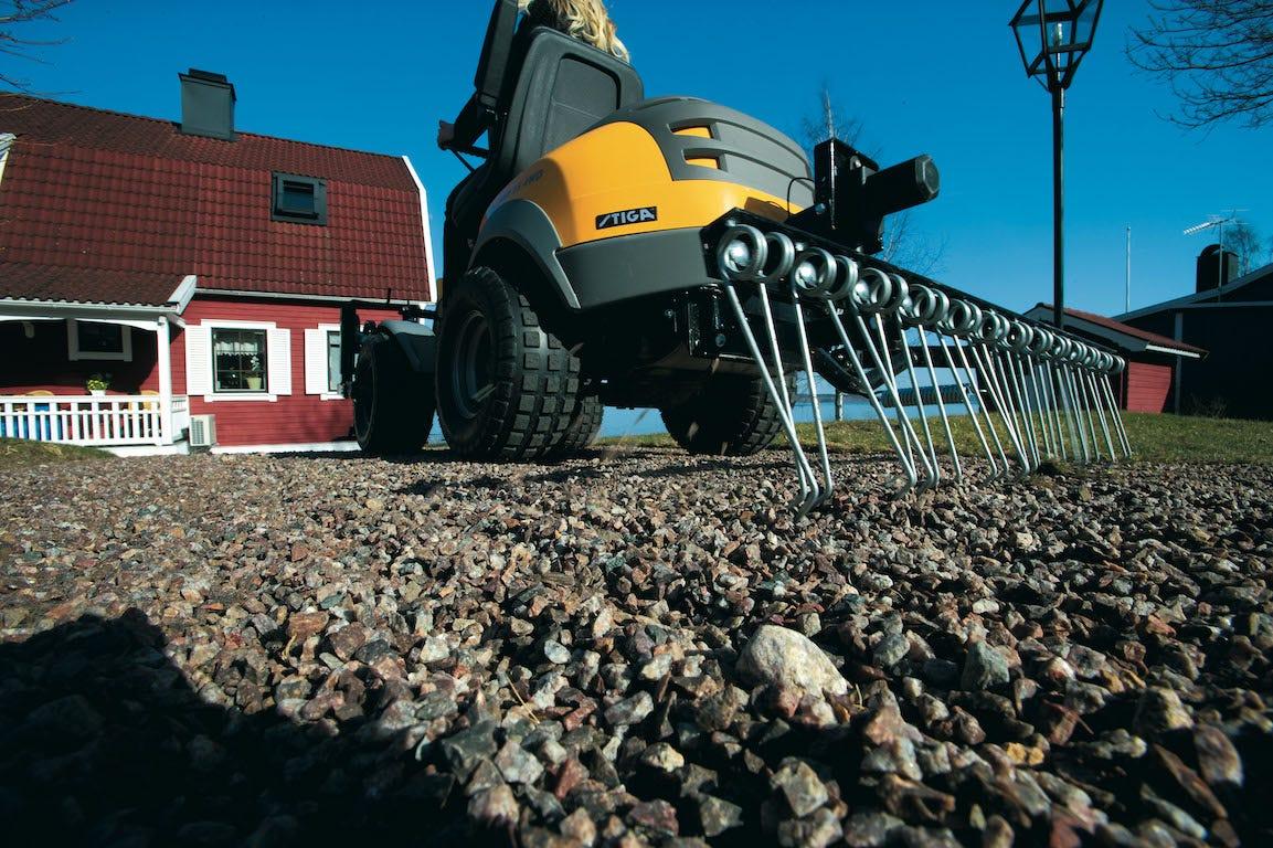 accessoire stiga park rateau pour nettoyer le sol et les graviers
