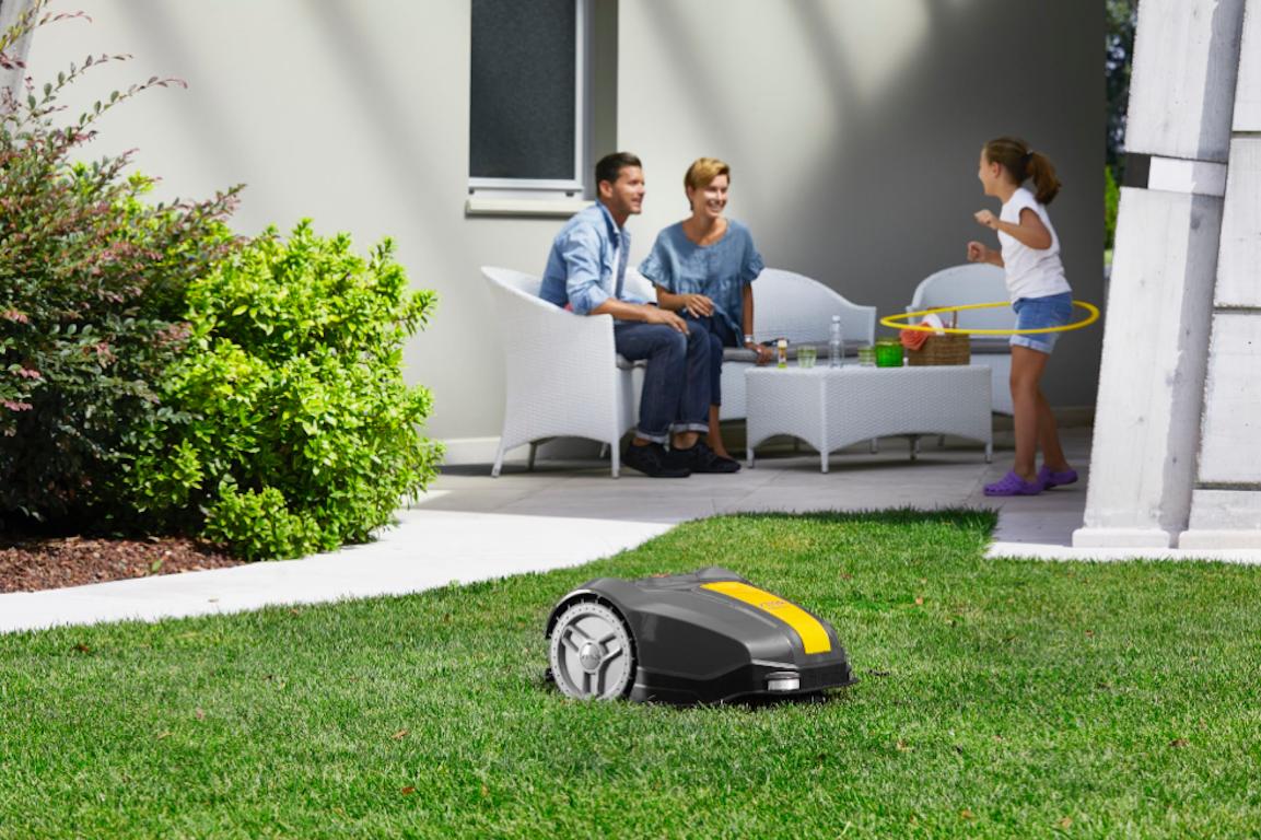 robot tondeuse dans jardin avec famille