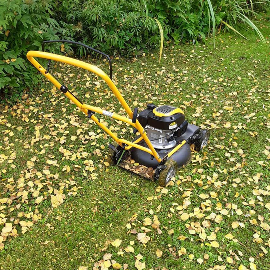 tondeuse a gazon stiga multiclip mulching de feuillage sur la pelouse