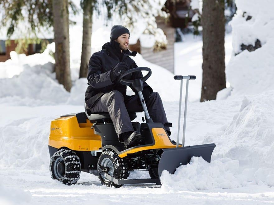 stiga park avec accessoire lame à neige pour déblayer en hiver