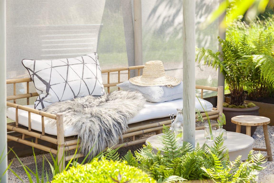 salon de jardin scandinave minimaliste avec plantations