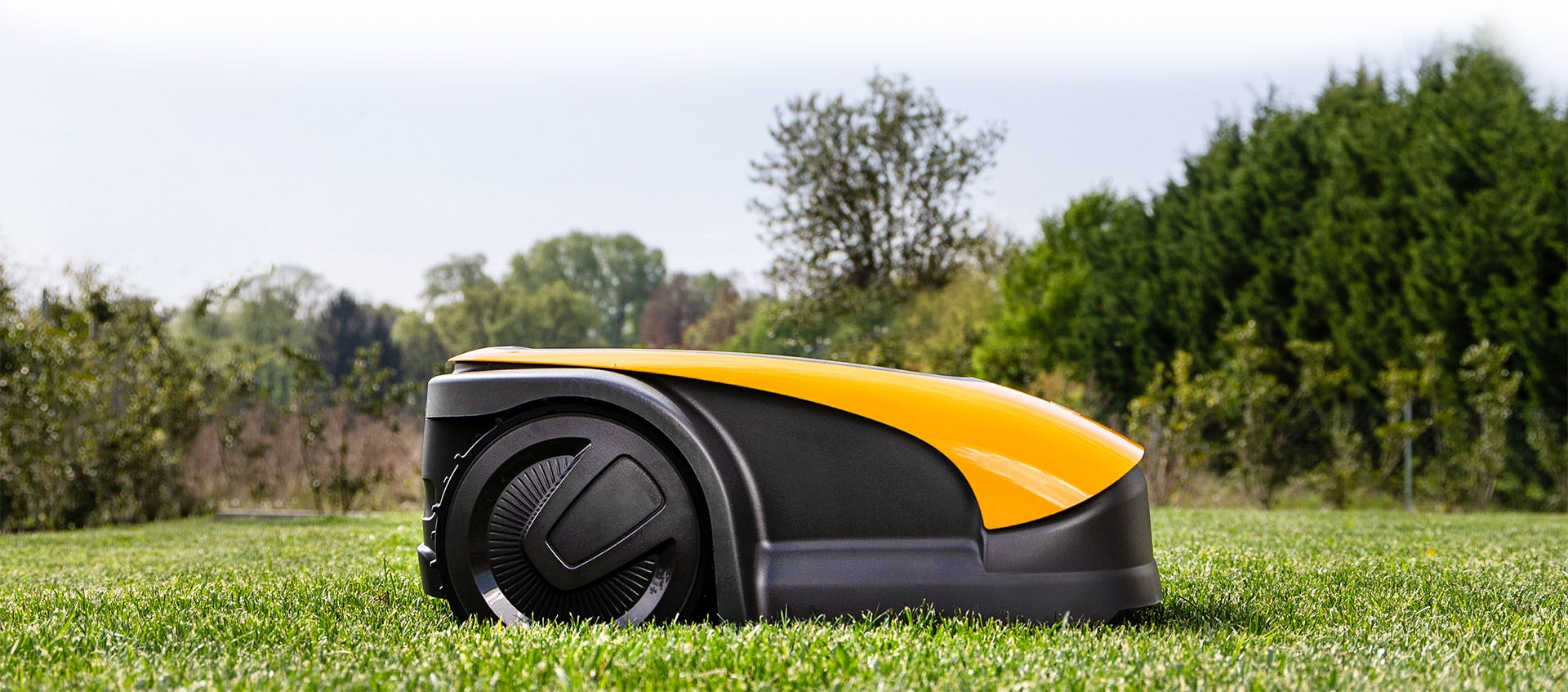 Robotmaaier Stig van STIGA maait gras op groen gazon