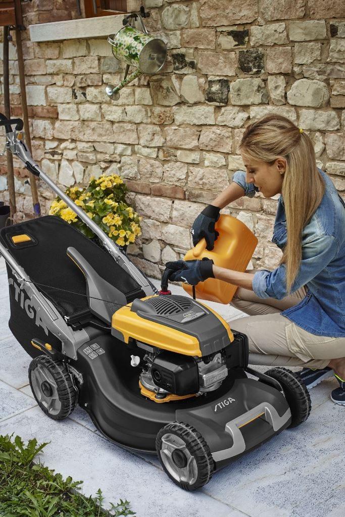 stiga grasmaaier grasmachine bijvullen brandstof benzine  motor