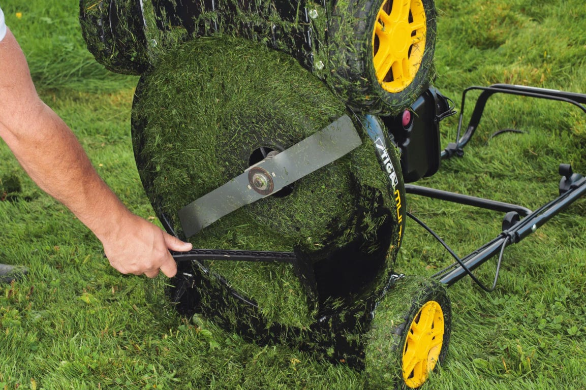 stiga grasmaaier schoonmaken maaidek grasafval onderkant spatel