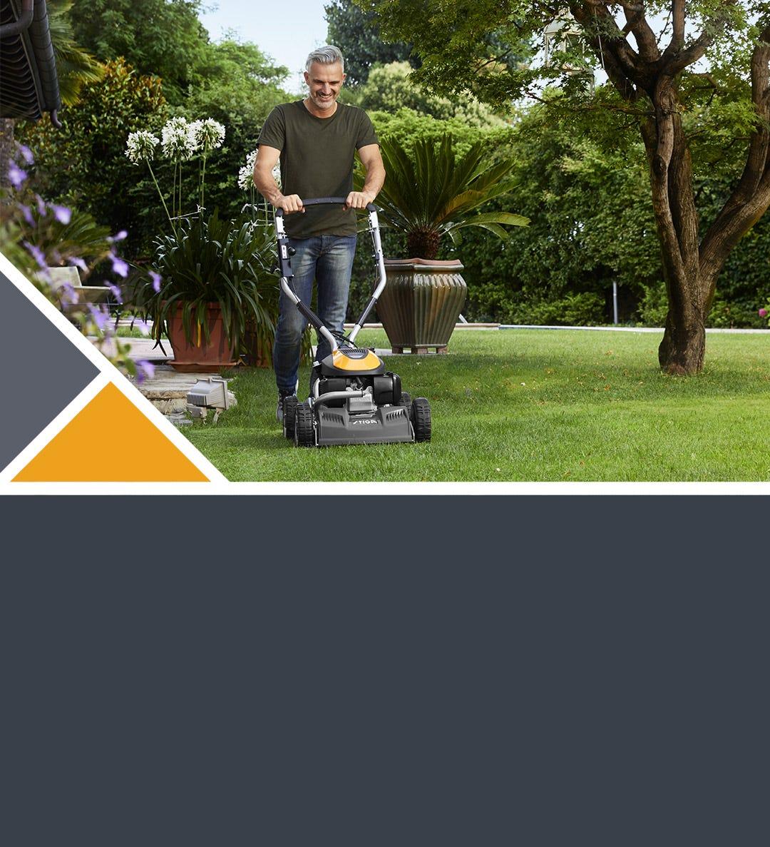 Mies leikkaa nurmikkoa STIGA Multiclip Pro -ruohonleikkurilla
