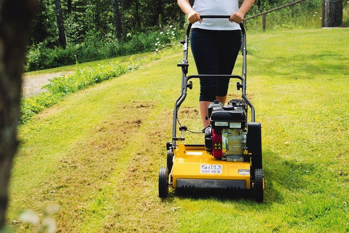 STIGA verticuteermachine om het gras te verticuteren en voor te bereiden op de lente en zomer