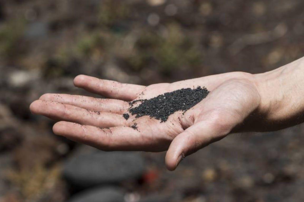 hand as grond voeden bodem aarde winter bemesting
