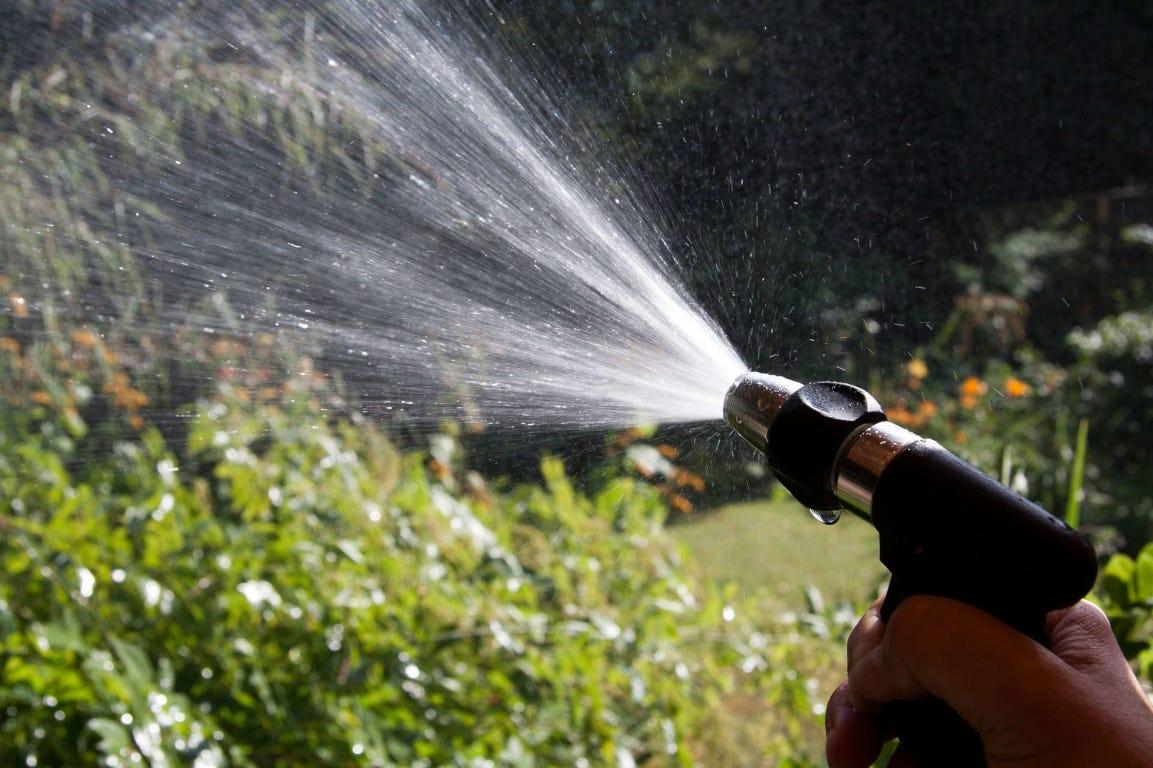 water sproeier tuinslang beregenen tuin gras