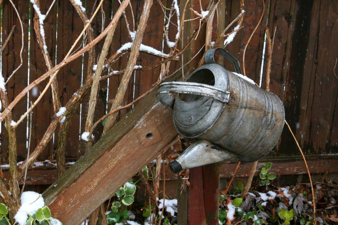 winter gieter decoratie tuin sneeuw