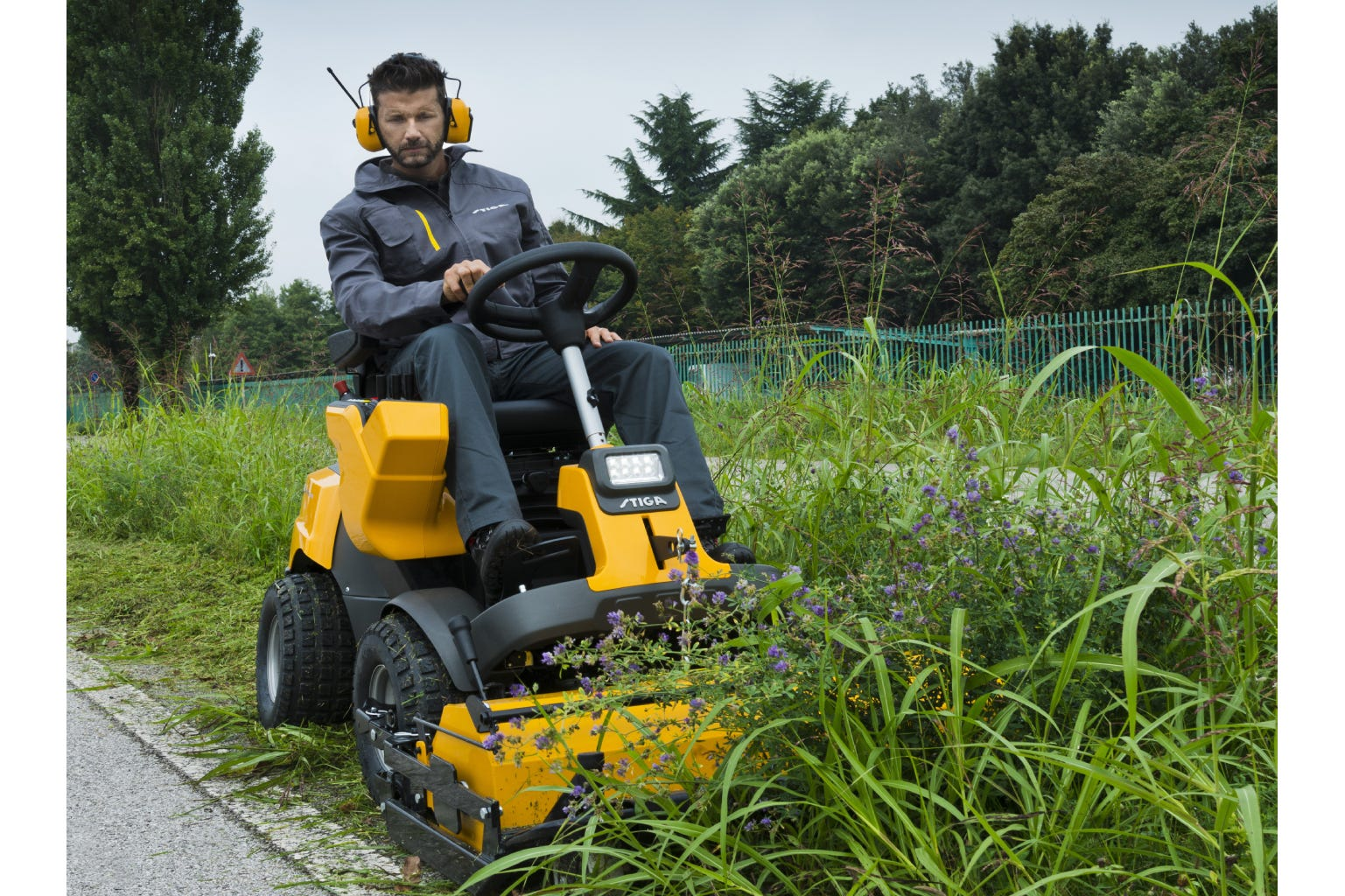 The lawn aerator for STIGA Park front mowers will keep the lawn healthy and beautiful